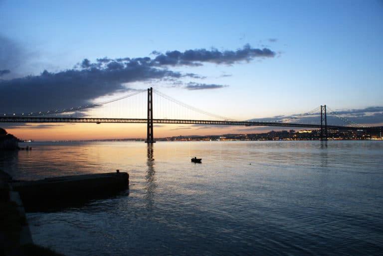 Coucher de soleil sur le Pont du 25 avril à Lisbonne vue depuis la rive sud.