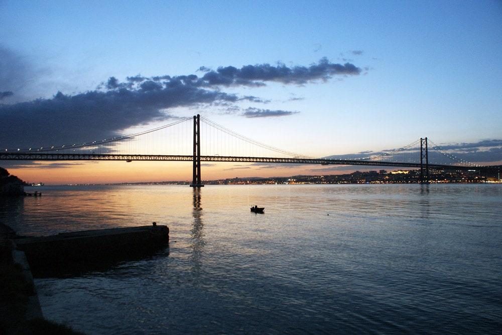Coucher de soleil sur Lisbonne et sur le pont du 25 avril depuis la rive sud.