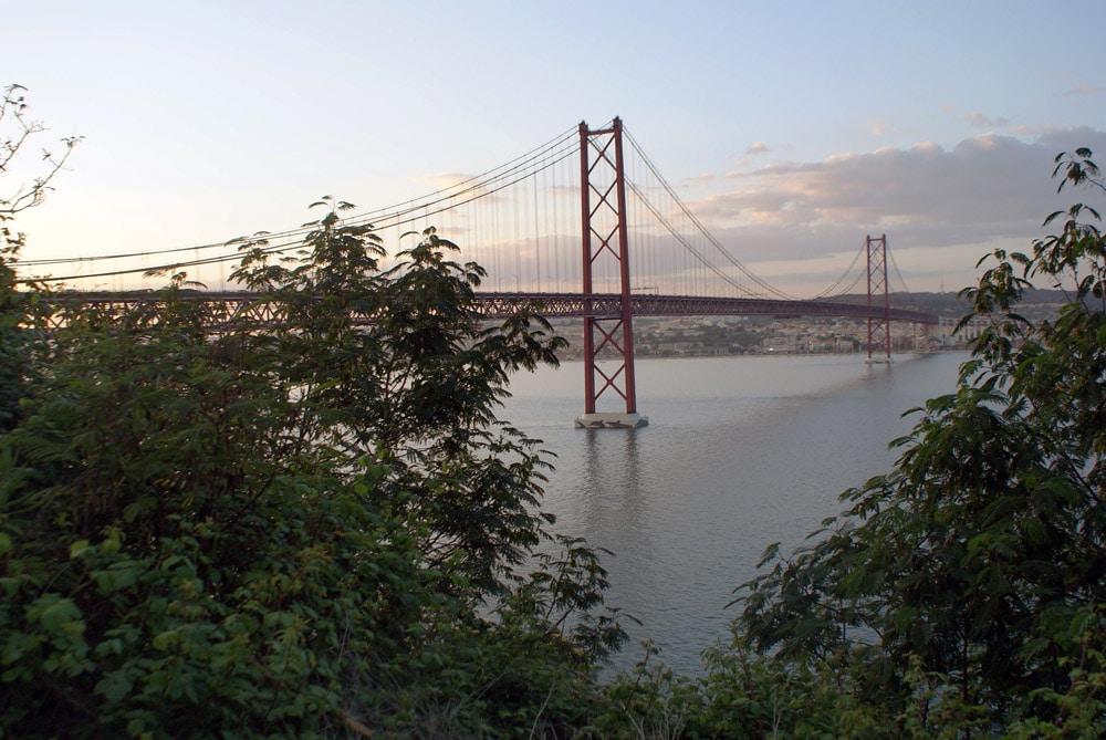 Vue sur le Pont du 25 avril à Lisbonne en redescendant vers le Tage.