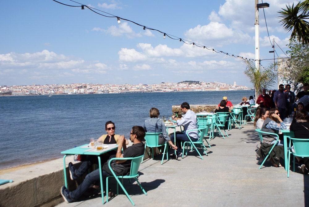 Terrasses et restaurants de la rive sud de Lisbonne au bord de l'eau.