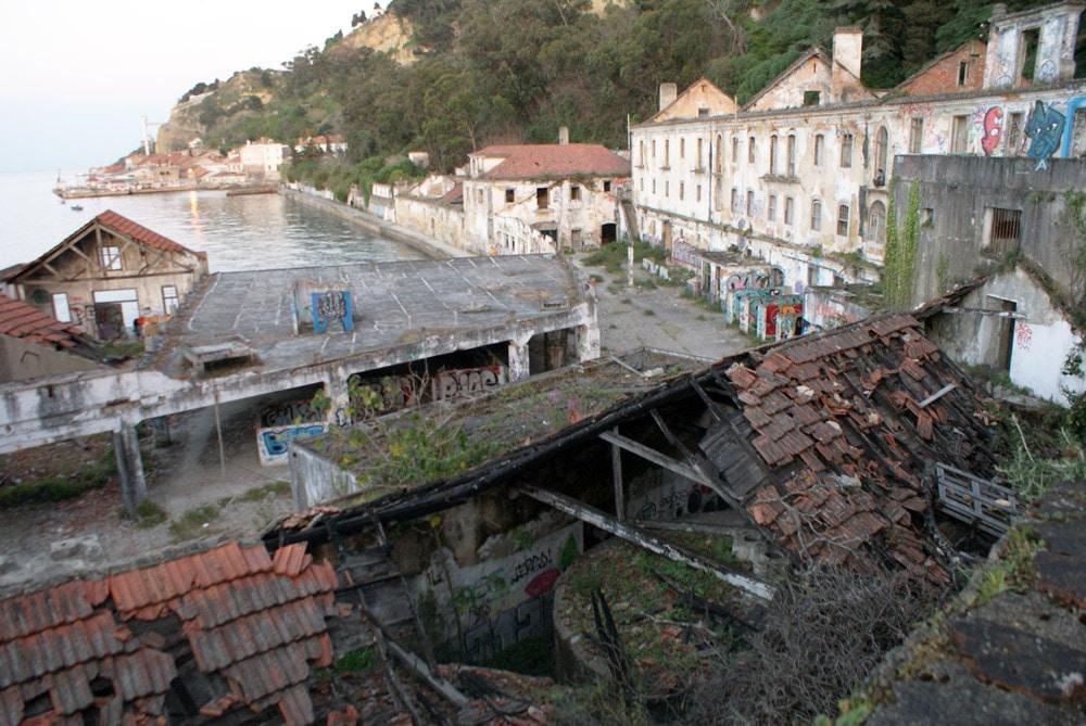 Ancien fort et ancienne manufacture du côté d'Almada sur la rive sud de Lisbonne.