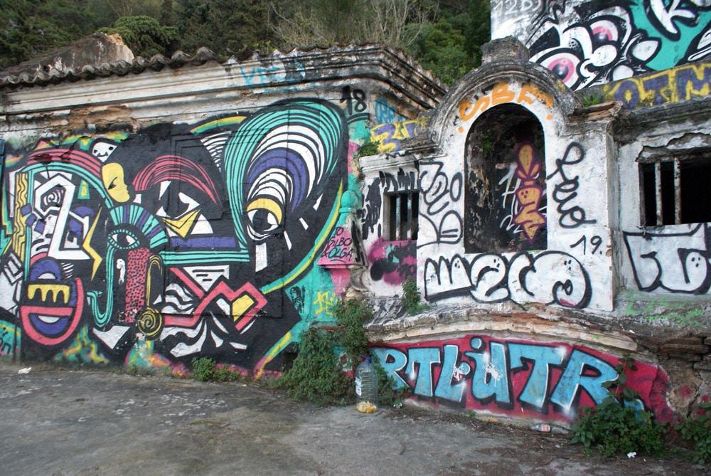 Ancien fort et manufacture de Quinta da Arealva, aujourd'hui en ruine et en couleurs avec de nombreuses oeuvres de street art.  Attention où vous mettez les pieds, une bonne partie menace de s'effondrer.
