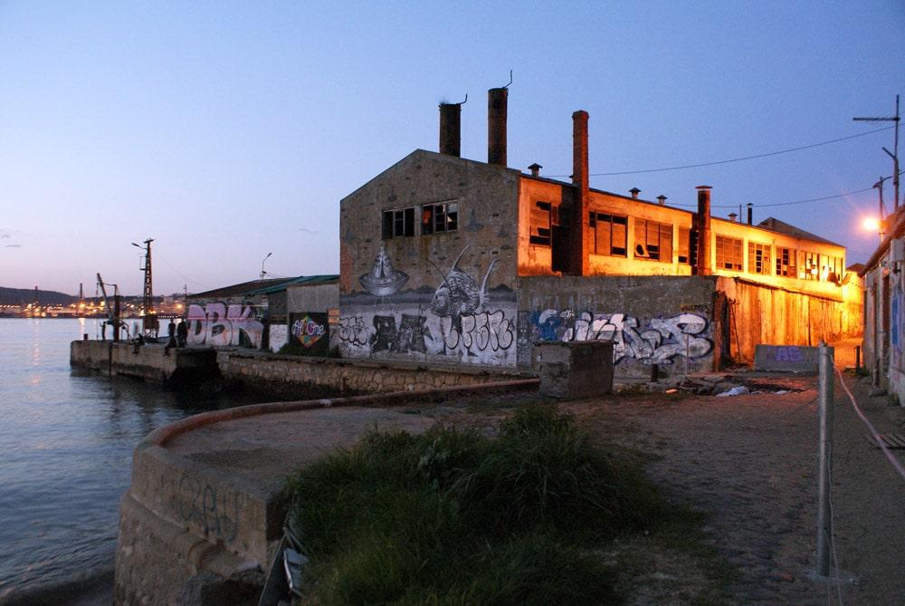 Street art encore et toujours le long de la rive sud de Lisbonne.