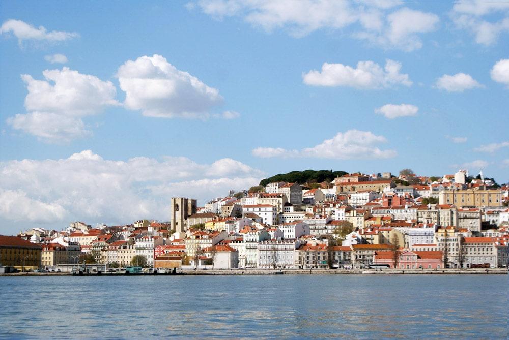 Cathédrale de Sé, le quartier de l'Alfama et le Chateau de Lisbonne depuis le Tage.