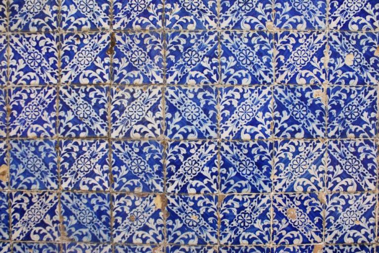 Motif d'azulejo sur un mur de Lisbonne.