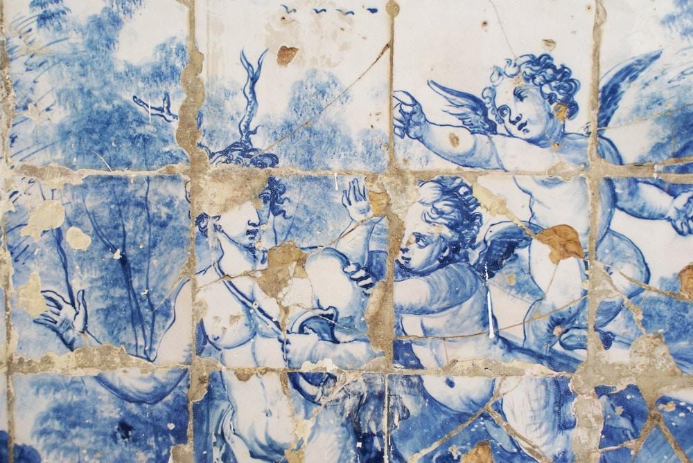 Azulejos à Lisbonne : Scène religieuse blanche et bleue.