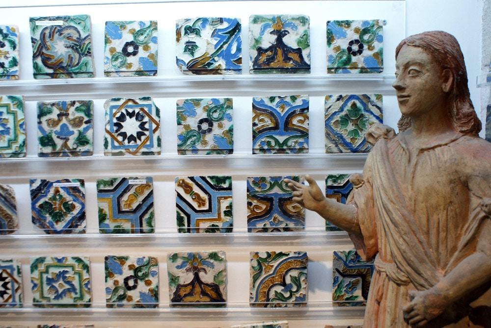 Magasin d'azulejos anciens à Lisbonne : Motifs inspirés des faïences nord africaines.