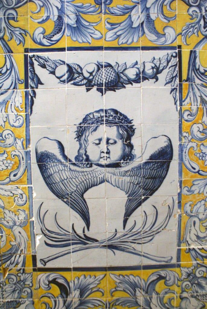 Azulejo d'un ange portant la couronne d'épines au Couvent de Cardaes à Lisbonne.
