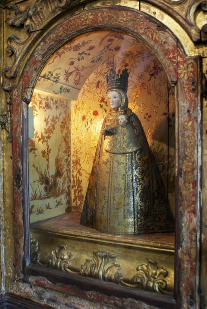Statue de Vierge et l'enfant dans le Couvent de Cardaes à Lisbonne.