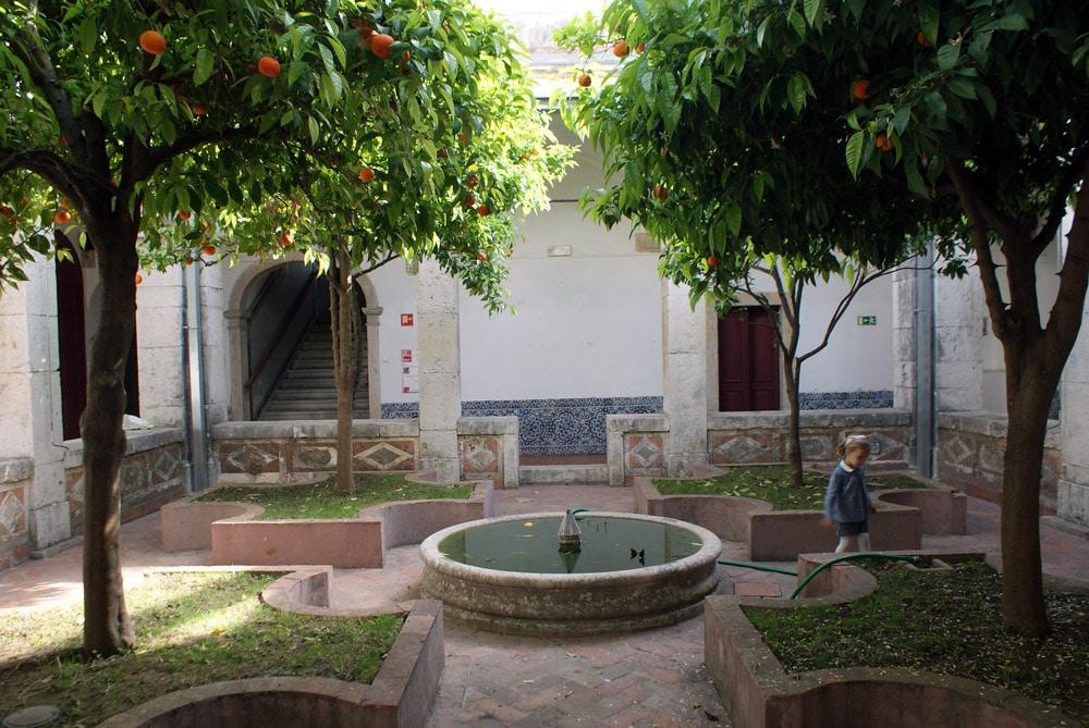 Cloître planté d'orangers du couvent de Cardaes à Lisbonne.