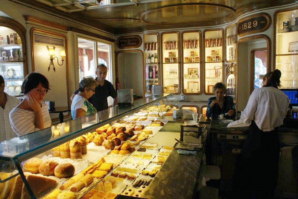 Ancien café patisserie dans le centre historique de Lisbonne.