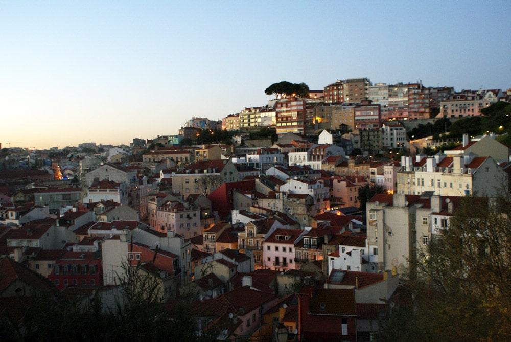 Vue depuis le café de Garagem à Lisbonne au coucher du soleil. Un bon endroit pour savourer une bouteille de vin vert.
