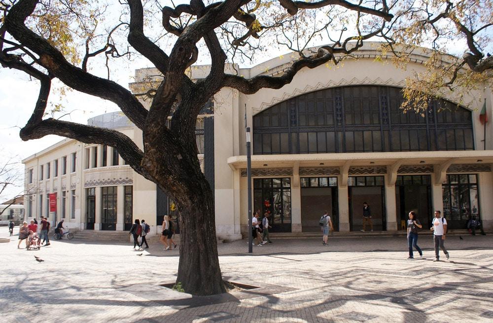 Gare de Cais do Sodré à Lisbonne avec des trains en direction de l'ouest : Alcantara, Belem, Estoril et Cascais.