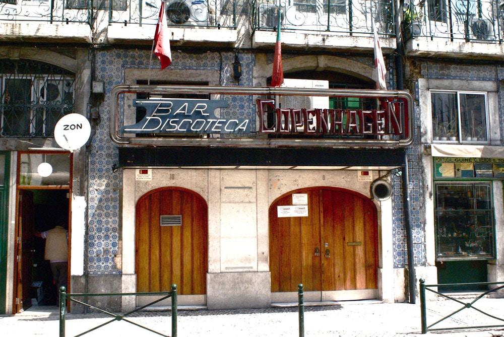 Ancienne enseigne et néon du quartier marin de Lisbonne : Cais do Sodré.