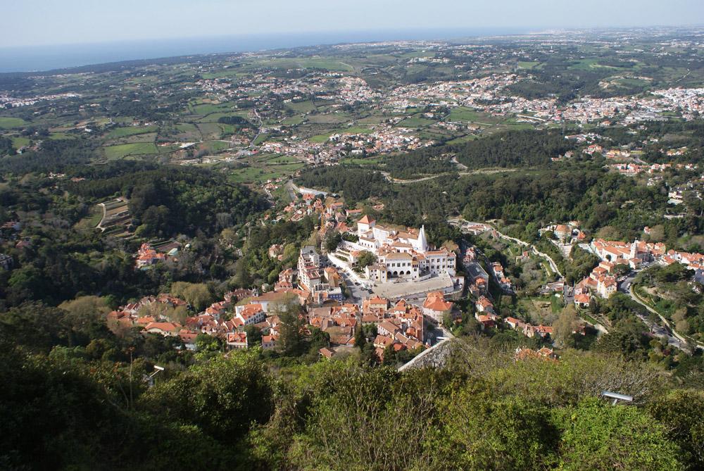 Vue plongeante sur le Vieux Sintra depuis le Chateau des Maures avec l'océan comme horizon.