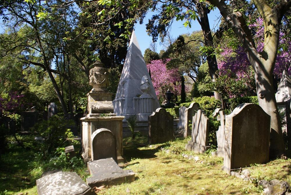 Cette pyramide du Cimetière anglais de Lisbonne évoque celle du cimetière protestant de Rome.