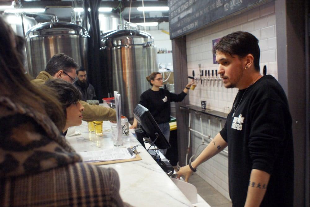 Bière artisanale à la tap room à la microbrasserie Dos Corvos dans le quartier de Marvila à Lisbonne.