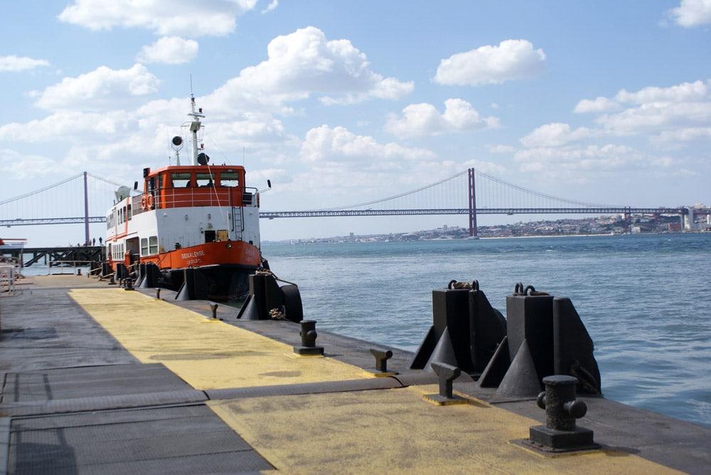 Ferry sur la rive sud de Lisbonne sur fond du pont du 25 avril.