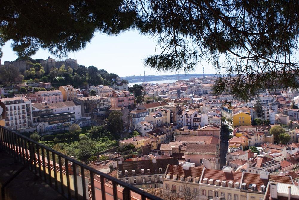 Vue sur Lisbonne et son chateau depuis le Miradouro ou belvedere de Graça.