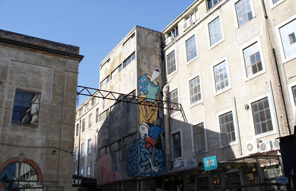 > Ancienne friche industrielle et street art à la LX Factory à Lisbonne.