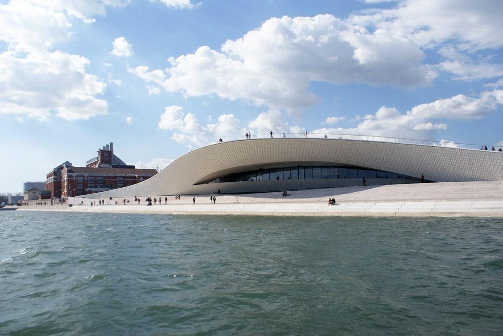 L'architecture géniale du Musée du MAAT au bord du Tage dans le quartier de Belem à Lisbonne.