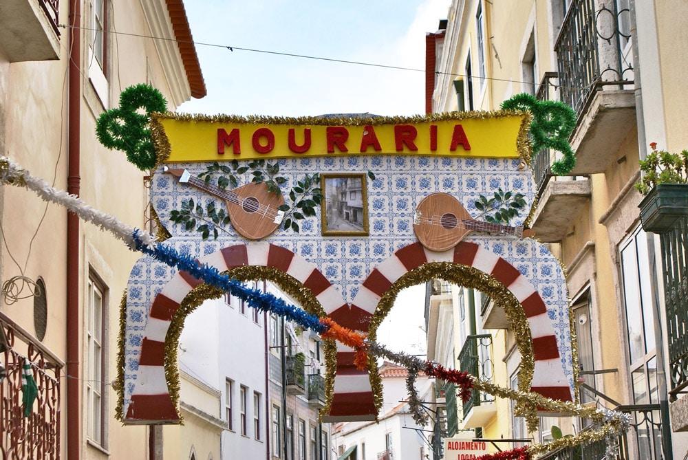 Quartier de la Mouraria à Lisbonne décorée pour la fête de la sardine.