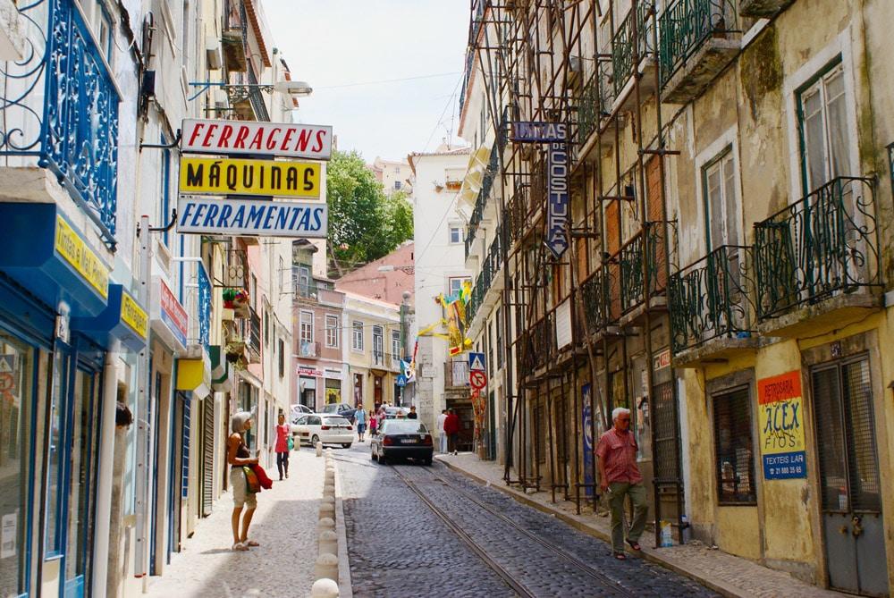 Dans le quartier de la Mouraria à Lisbonne entre échafaudage et vieilles enseignes.