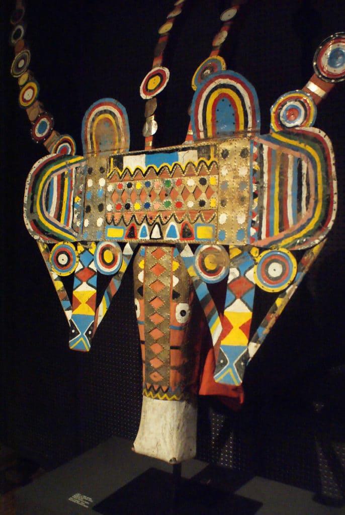 Masque multicolore d'un bovidé au Musée d'ethnologie à Lisbonne.