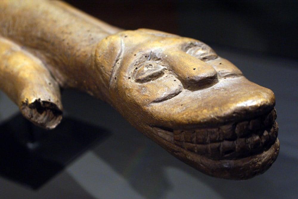 Sculpture en bois représentant un animal souriant dans le Musée d'ethnologie à Lisbonne.