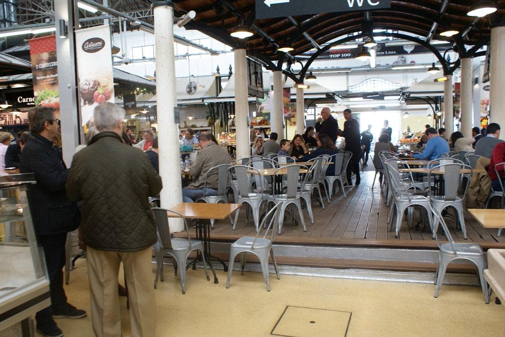 Rendez-vous street food à l'intérieur du Marché du Campo de Ourique à Lisbonne.