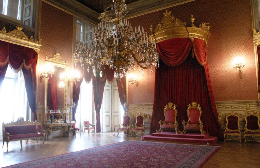 Salle du trône dans le palais royal d'Ajuda à Lisbonne.