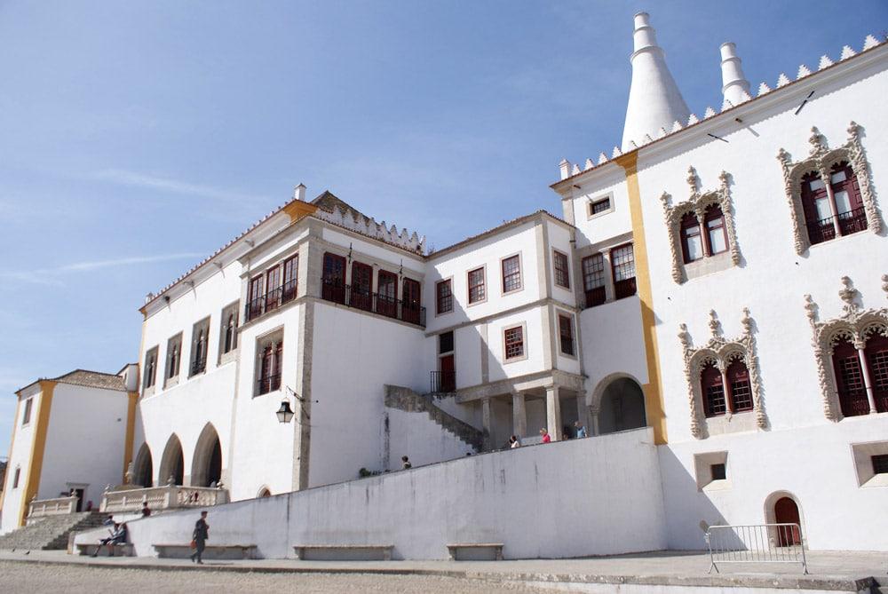 Devant le Palais National de Sintra près de Lisbonne.