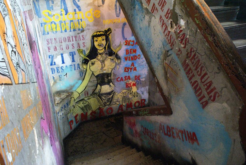 Dans le bar Pensao Amor dans le quartier de Cais do Sodré à Lisbonne