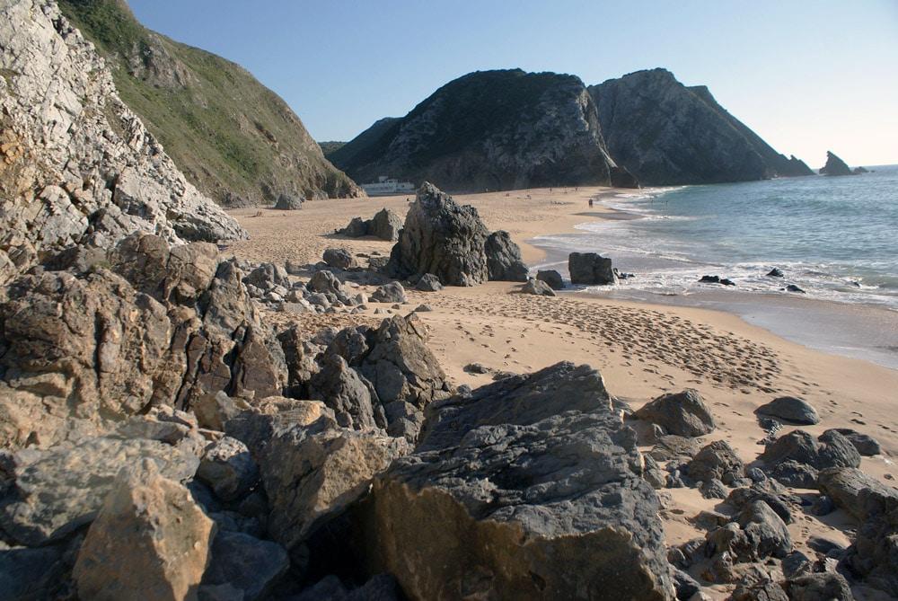 Sur une belle plage autour de Sintra, entre sable fin et rocher coupant.