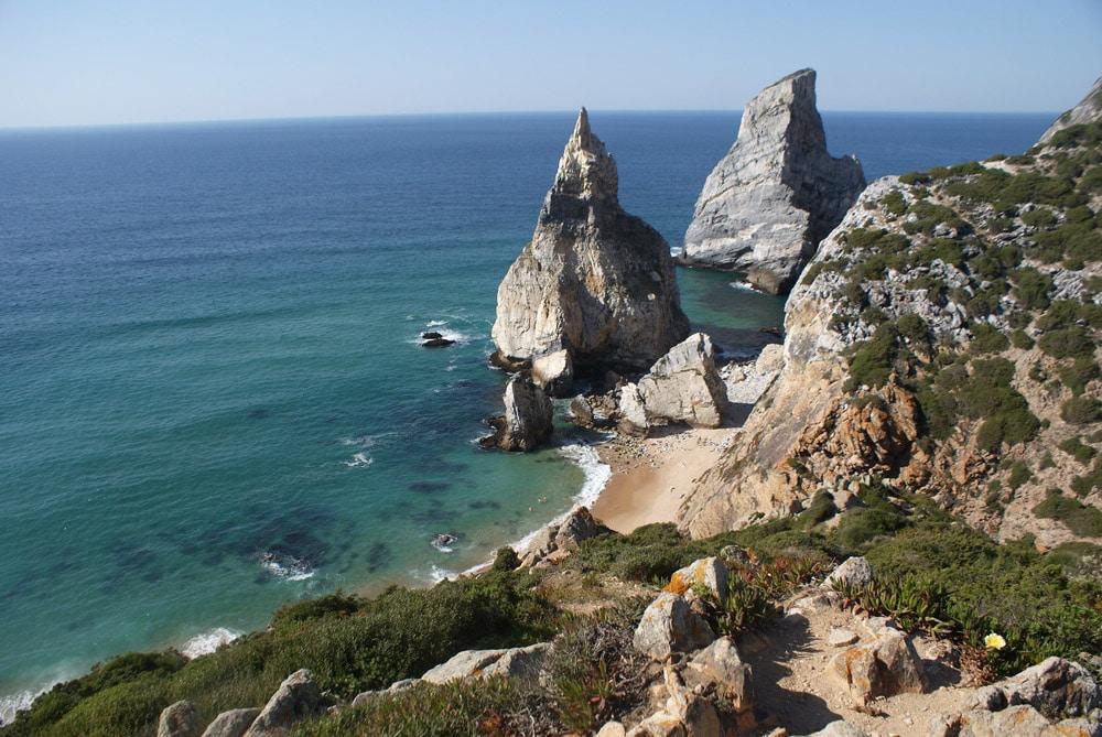 Vue sur la plage d'Ursa près de Sintra.