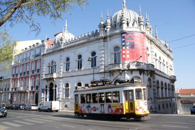Tramway sur la place de Principe Real à Lisbonne.
