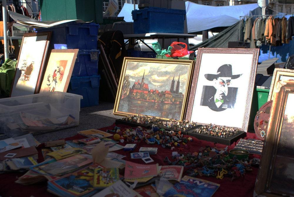 Marché aux puces de Lisbonne ou marché des voleurs dans le quartier d'Alfama.