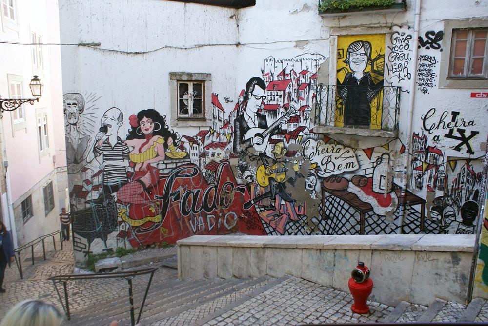 Street Art de fado dans le quartier de la Mouraria à Lisbonne.