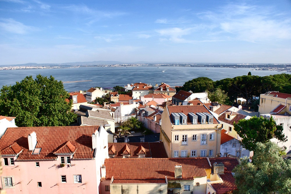 Vue sur le port naturelle du Tage depuis le chateau de Lisbonne.