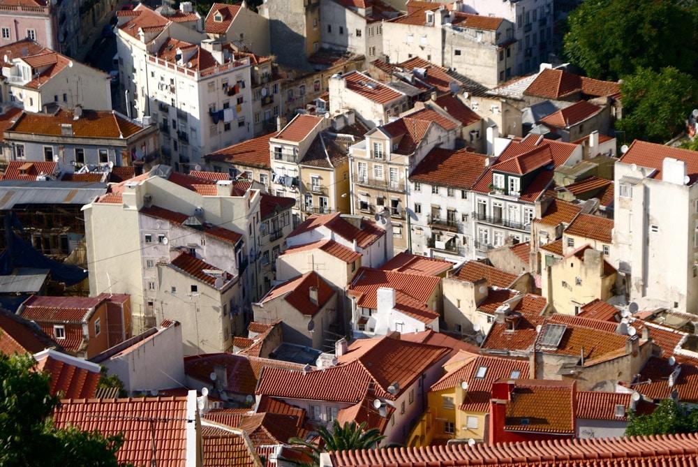 Vue sur les toits du quartier de la Mouraria à Lisbonne depuis le Chateau Saint Georges.