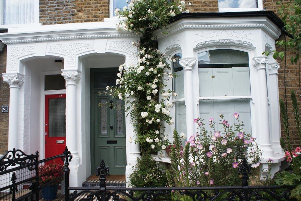 Jolie façades fleuries dans le quartier de Stoke Newington à Londres.