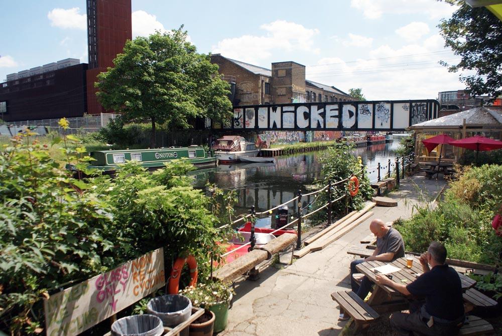 Vue depuis le bar Grow sur le canal depuis sa terrasse dans le quartier de Hackney Wick à Londres.