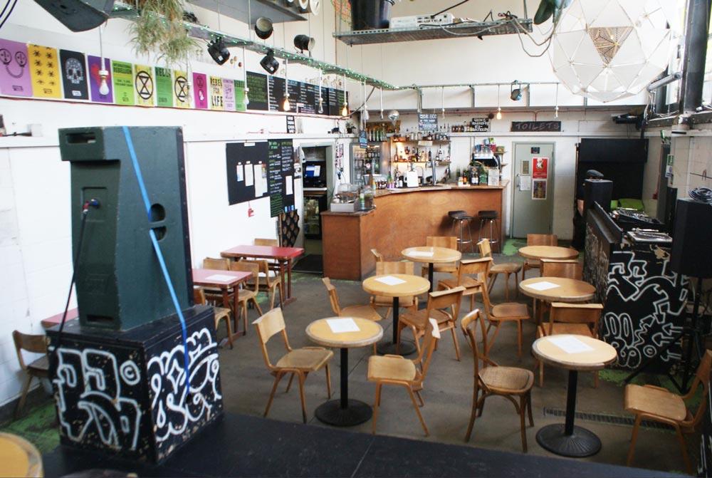 Dans le très sympa bar Grow à Hackney Wick à Londres.
