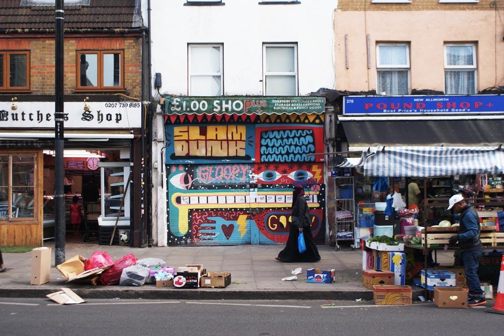 A la sortie du marché dans le quartier de Bethnal Green à Londres.