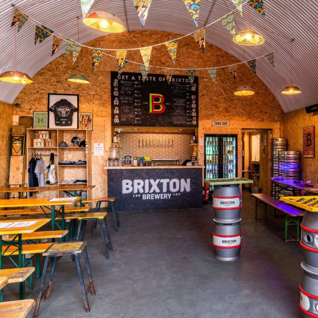 Dans la taproom ou salle de dégustation de Brixton brewery à Londres.