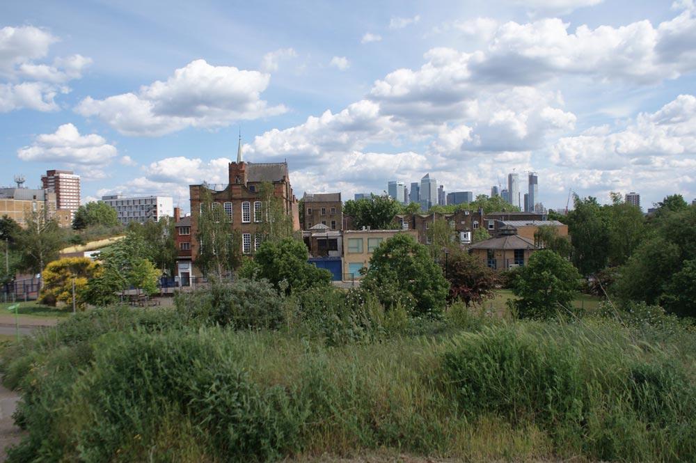 Vue sur Canary Wharf, district financier de Londres depuis Victoria Park à Londres.