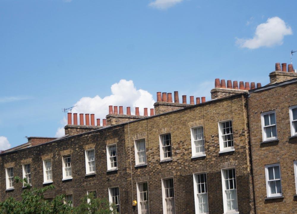Façade de batiments en briques dans le quartier de Bethnal Green à Londres.