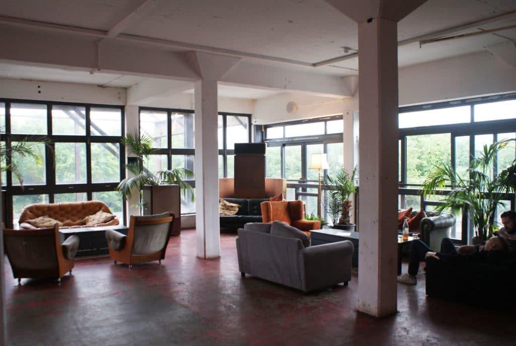 A l'étage du bar/club Swan Wharf dans une ancienne usine face à l'écluse Old Fort Locks à Hackney Wick, Londres.