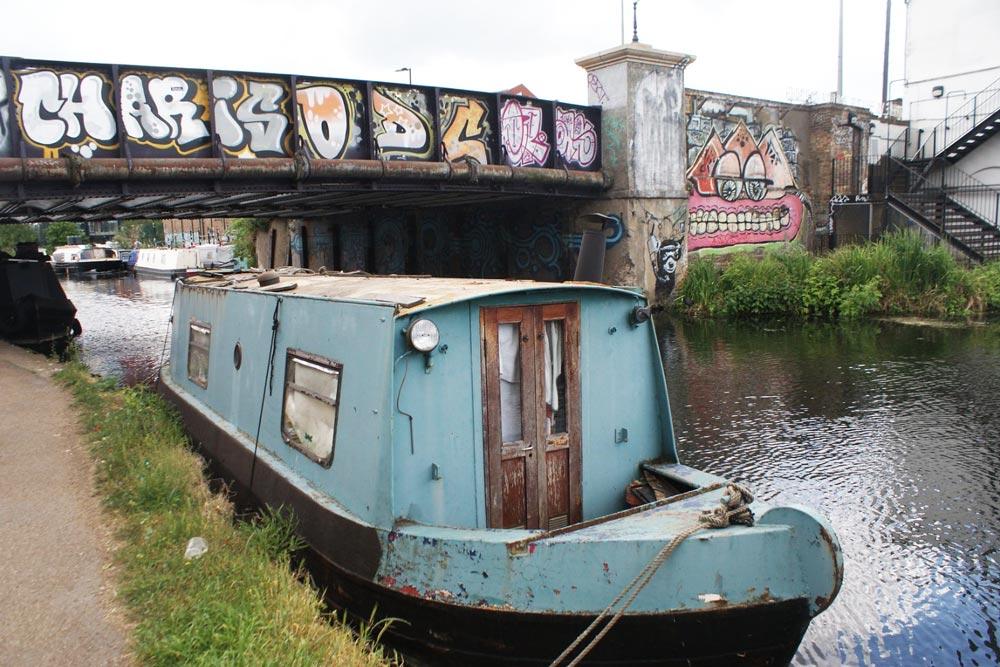 Peniche sur un canal du quartier de Hackney Wick à Londres.
