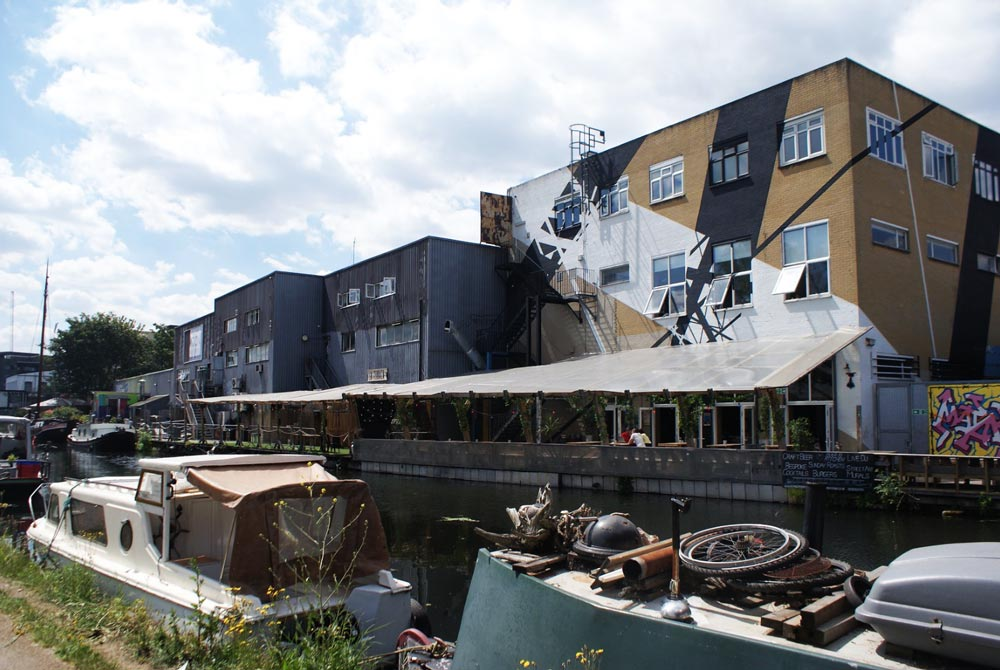 Peniches sur un canal du quartier de Hackney Wick à Londres.